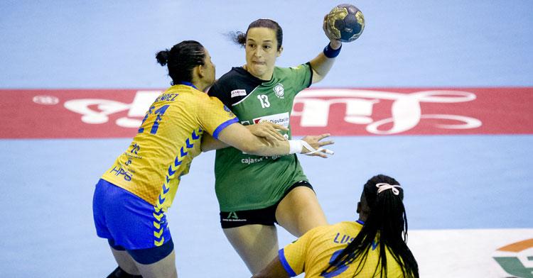 Fanny Monrós intentando un lanzamiento en un partido a domicilio de Adesal. Foto: BM Rocasa