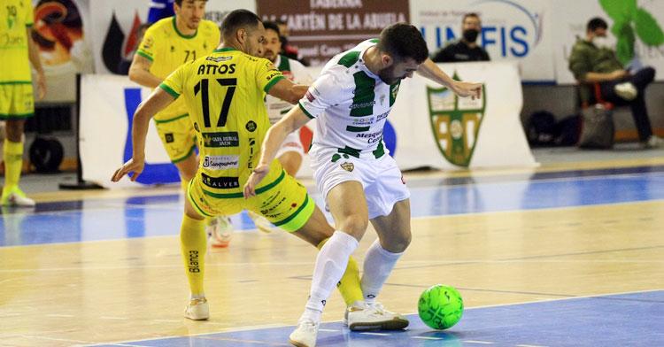 Saura peleando con un jugador del Jaén Paraíso Interior