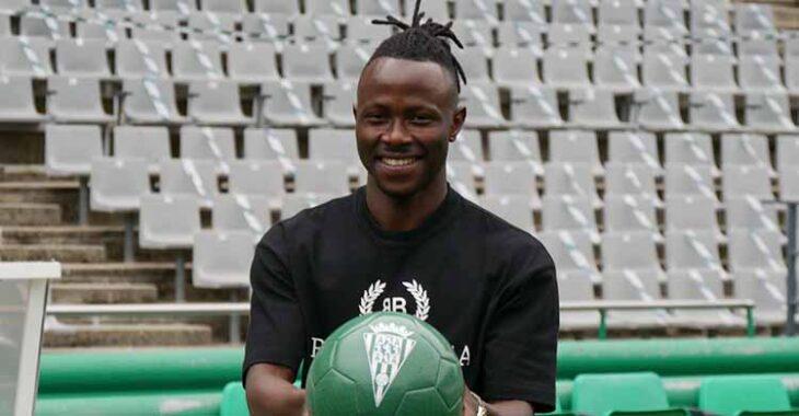 Moussa Sidibé mostrando el balón del Cordoba durante su presentación.