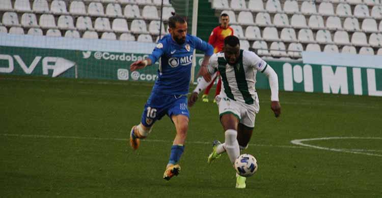 Djak Traore conduce el balón en el duelo contra el Linares. Autor: Paco Jiménez