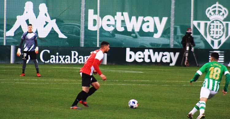 Xavi Molina sacando el balón desde atrás en el partido ante el Betis Deportivo celebrado en enero en tierras hispalenses.
