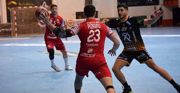 Xavi Tuà cerrando a un jugador del Cuenca.Xavi Tuà cerrando a un jugador del Cuenca.