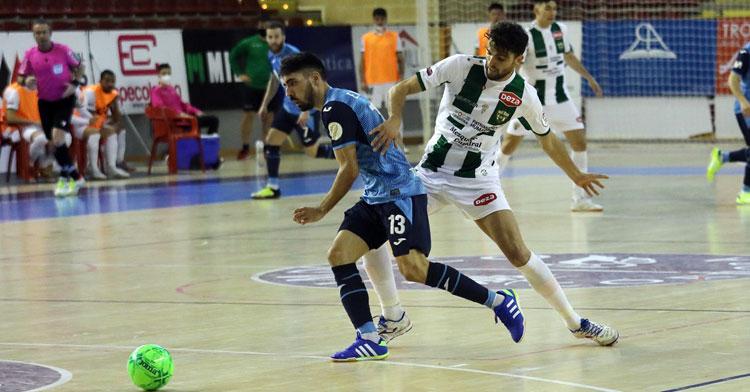 Zequi aprieta a su rival en el partido contra el Inter. Autor: Javier Olivar