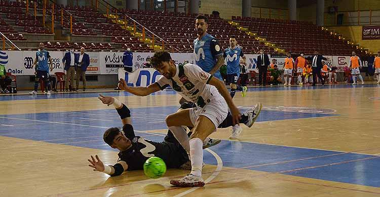 Zequi cayendo trastabillado ante el meta del Inter cuando tuvo el empate a tres antes del descanso.