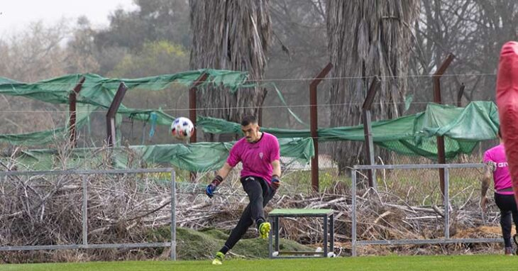 Edu Frías pateando el balón entrenando con Javi Romero.