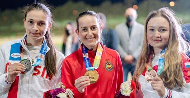 Feliz. Fátima Gálvez luciendo su medalla de oro en El Cairo flanqueada por las rusas Semianova y Subbotina.