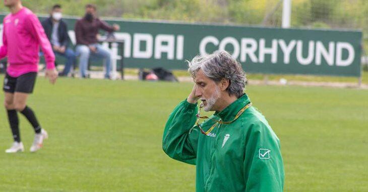 Pablo Alfaro tocándose su rostro pensando en el domingo.