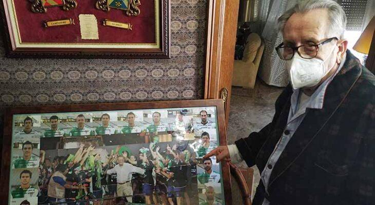 Rafael Campanero señalando el cuadro que le regaló la plantilla del ascenso de Huesca 2007 el día de su homenaje.