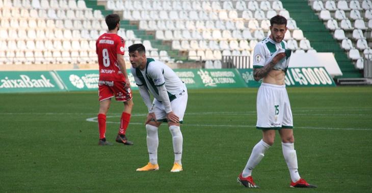 Desesperación. La imagen de Willy y Nahuel Arroyo tras una jugada fallada refleja la impotencia de este Córdoba que no pudo con el Real Murcia.
