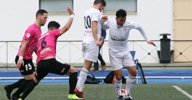 Adri Ruiz y Toni Pérez presionan a dos jugadores del Utrera. Foto: Ciudad de Lucena