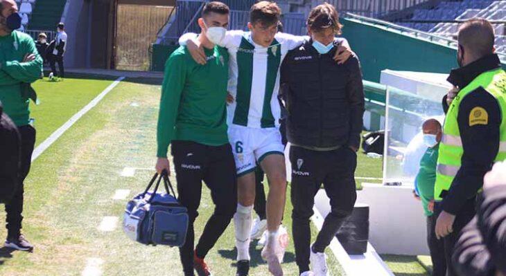 Alberto del Moral abandonando el pasado domingo el terreno de juego con su tobillo izquierdo con hielo.