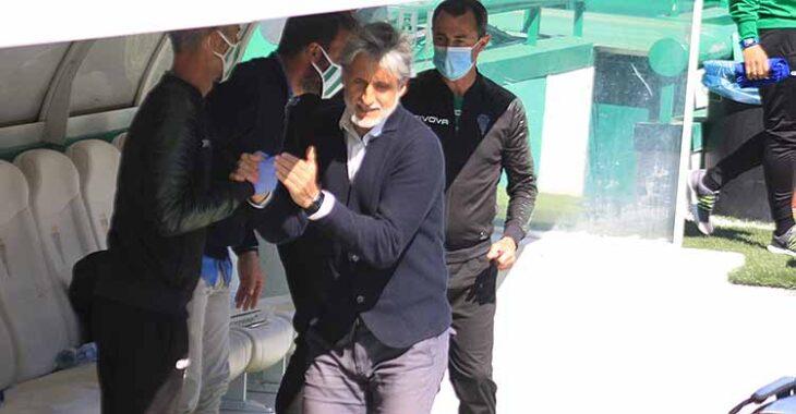 Pablo Alfaro saldando a los componentes del banquillo antes del inicio del partido.