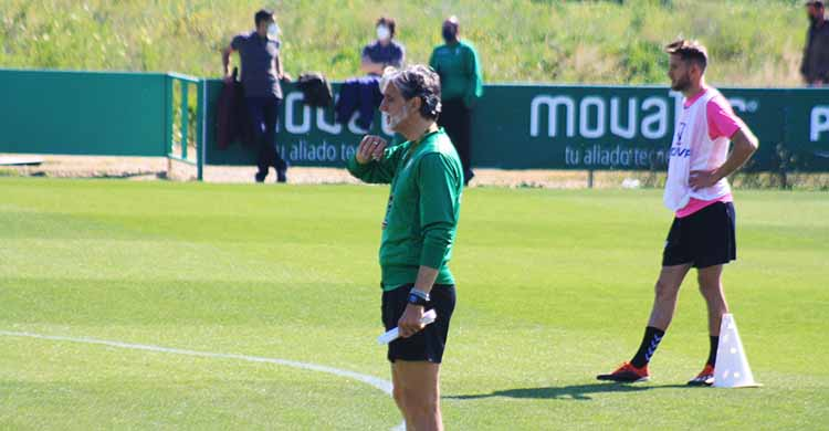Pablo Alfaro en la vuelta a los entrenamientos con Juanito al fondo tras declinar tomar su puesto.