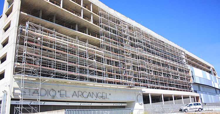 El andamiaje de El Arcángel crece para la instalación de la publicidad que cubrirá su fachada a principios de abril.