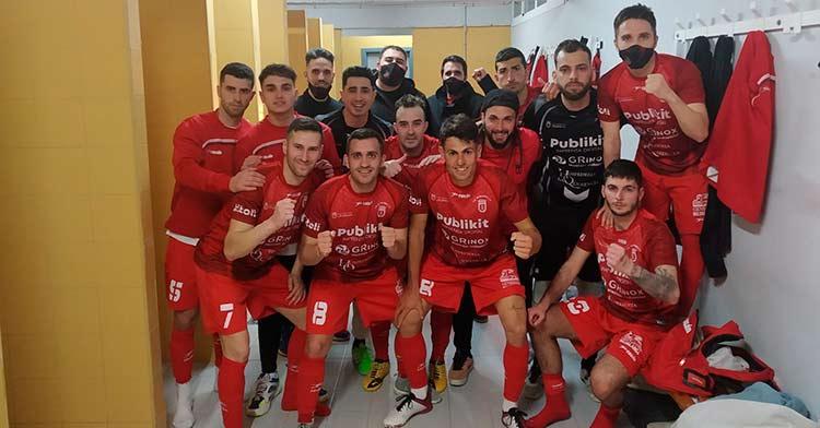 La plantilla del CD Bujalance celebra su victoria por 6-3 frente al Carmonense
