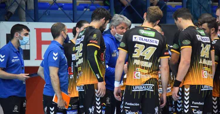 Paco Bustos departiendo con sus hombres en un tiempo muerto.