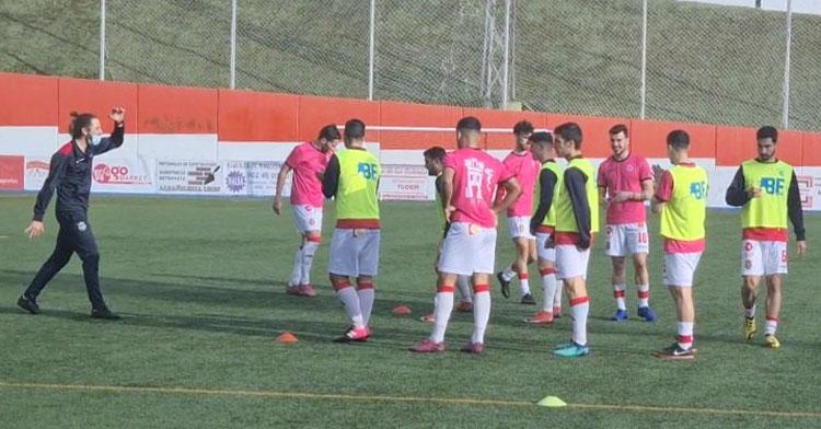El Atlético Espeleño, durante un calentamiento previo a un partido.
