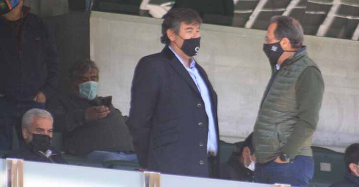 Javier González Calvo en el palco de El Arcángel con Miguel Valenzuela a su izquierda sentado en su butaca.