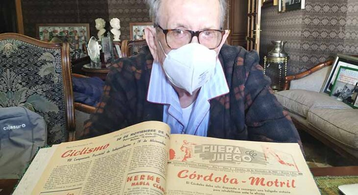 Rafael Campanero mostrando uno de esas impagables crónicas de los 70 de la revista Fuera de Juego.