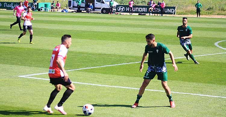 Carlos Valverde encarando a un jugador del filial.