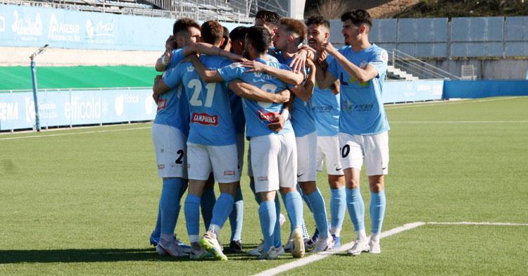 Los jugadores del cuadro local celebran la diana de Michael Conejero. Foto: Ciudad de Lucena