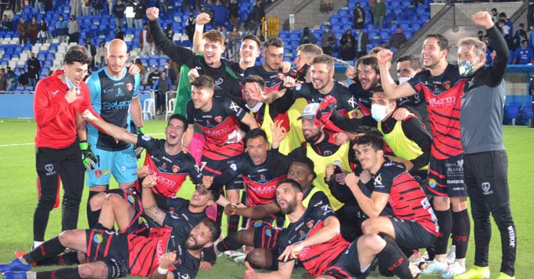 Los jugadores del Salerm Puente Genil celebran sobre el césped su victoria en Lucena. Foto: Tino Navas / Salerm Puente Genil