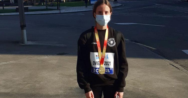 Cristina López Madueño, con su medalla de oro. Foto: Más Atletismo