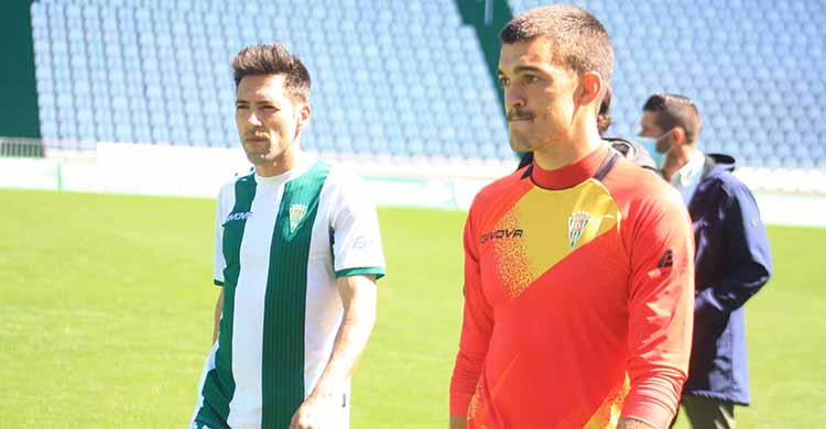 Edu Frías y Carlos Valverde retirándose rotos a la conclusión del partido.