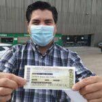 Un abonado cordobesista recogiendo su entrada en El Arcángel, donde al final podrán acudir hasta 800 aficionados.