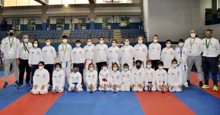 La foto de familia de la expedición cordobesa al Andaluz de Karate