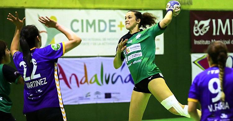Fanny Monrós lanzando a portería. Foto: Fran Pérez / Balonmano Adesal