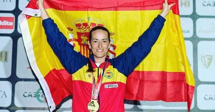 Exultante. Fátima Gálvez con la medalla de oro de Campeona del Mundo en Lonato enfardelando la bandera de España.Exultante. Fátima Gálvez con la medalla de oro de Campeona del Mundo en Lonato enfardelando la bandera de España.