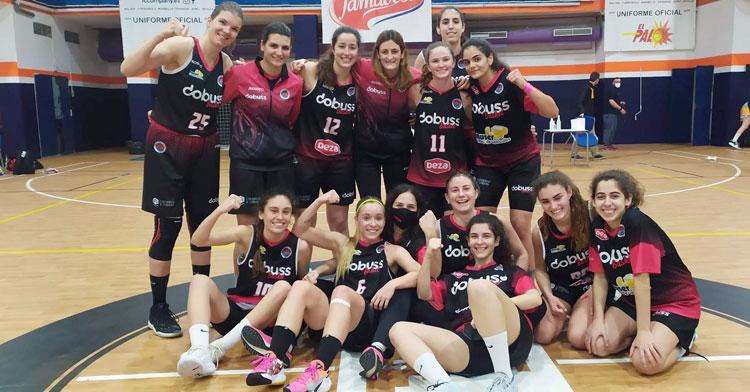 La felicidad de las jugadoras del Dobuss tras ganar en El Palo
