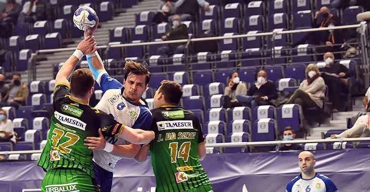 Álex Márquez intentando penetrar entre Joao Pedro y Mitic.Álex Márquez intentando penetrar entre Joao Pedro y Mitic.