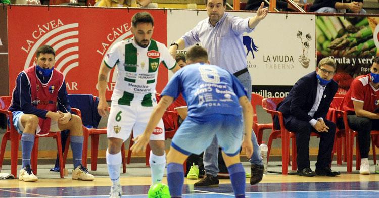 Jesulito intentando crear en el partido frente al Peñíscola