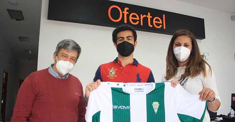 José Luis Aguayo recibiendo la camiseta oficial del Córdoba en la sede de Ofertel.José Luis Aguayo recibiendo la camiseta oficial del Córdoba en la sede de Ofertel.