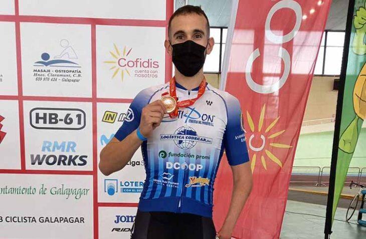 El castreño José Luis Jiménez mostrando su medalla de bronce.