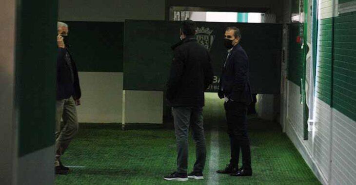 Juanito y Miguel Valenzuela al final del partido en la bocana de vestuarios junto a Rafa Sánchez.