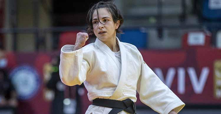 Julia Figueroa mostrando su puño en señal de victoria.