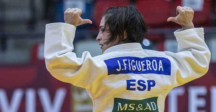 Feliz. Julia Figueroa mostrando su nombre.