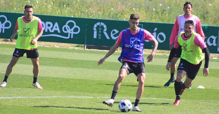 Julio Iglesias, ya totalmente recuperado, pasando el balón entre Piovaccari y Carlos Valverde.