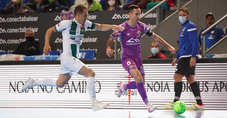 Koseky corre para tapar a un jugador local. Foto: Palma Futsal