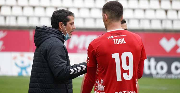 Loreto departiendo con Toril en su debut en el banquillo del Real Murcia.
