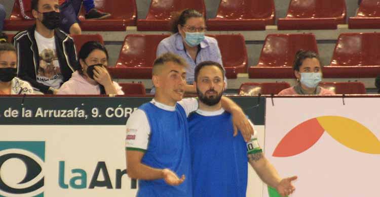 Manu Leal departiendo con Koseky durante un partido