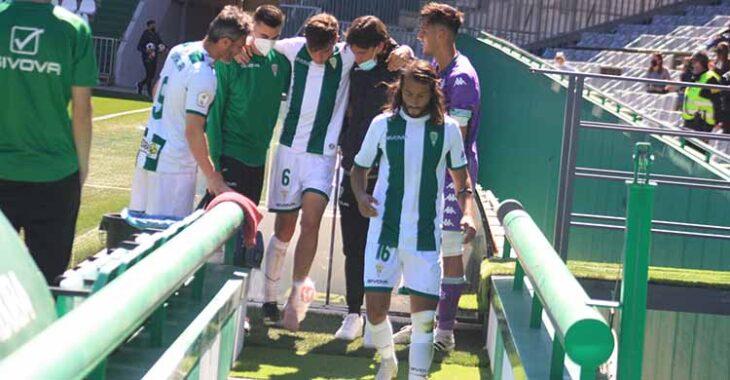 Alberto del Moral abandonando el terreno de juego lesionado entre Piovaccari y Mario Ortiz.