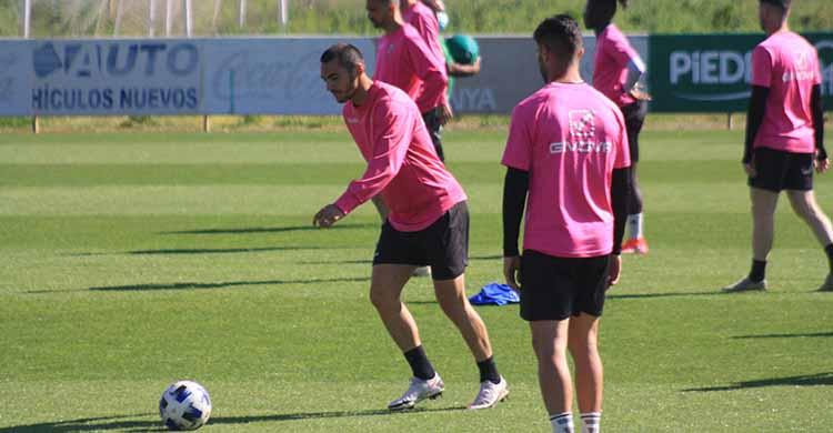 Willy observa como Moutinho se dispone a golpear el balón.