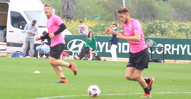 Nahuel Arroyo avanza con el balón con Piovaccari al fondo.