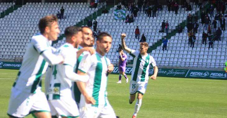 Jesús Álvaro celebrando su esperanzador gol con Nahuel Arroyo celebrándolo al fondo.