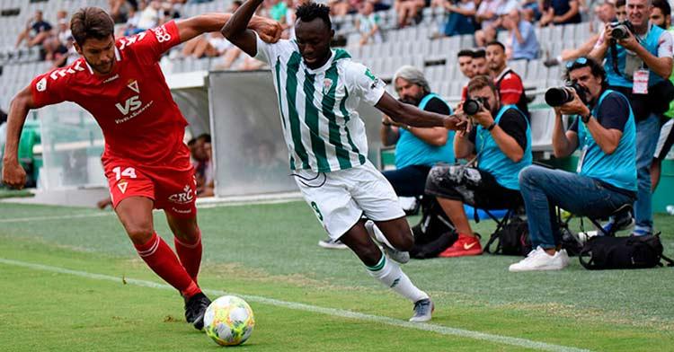 Owusu superando a un defensa del Murcia la pasada temporada. Autor: Francisco Javier Serrano