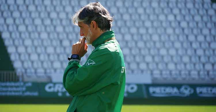 Más que pensativo. Pablo Alfaro durante el entrenamiento del lunes en El Arcángel.